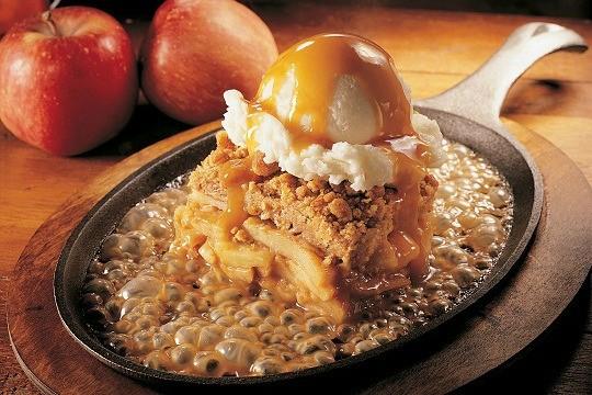 sizzling-apple-pie-torna-de-finas-camadas-de-maca-sobre-massa-crocante-coberta-com-crust-de-nozes-servida-em-um-skillet.jpeg