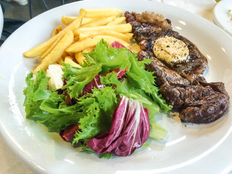 Pedida fixa: bife ancho com batata frita e salada verde do Clementina Forno & Fogão