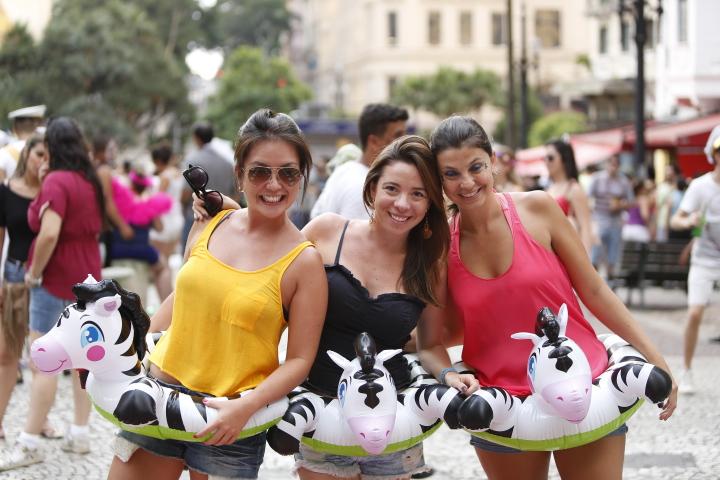 Trio usa fantasia inflável em bloco Domingo Ela Não Vai