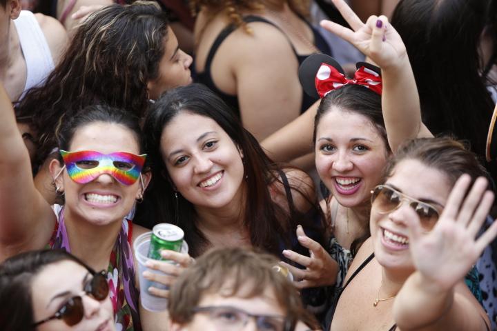 Meninas no bloco Domingo Ela Não Vai, na Praça do Patriarca