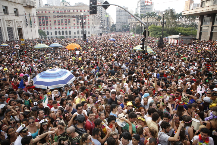 Domingo Ela Não Vai atraiu multidão ao centro de São Paulo
