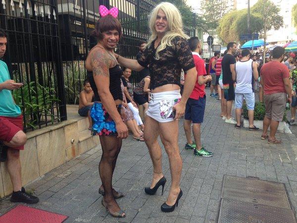 Homens vestidos de mulher fazem sucesso no bloco Agrada Gregos