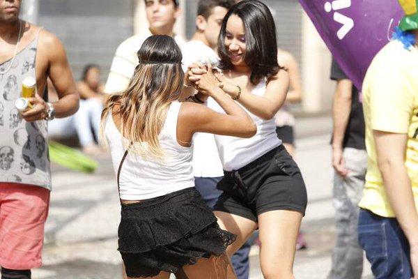 Dança em dupla no bloco Domingo Ela Não Vai, no centro