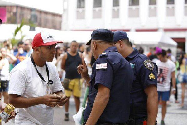 Fiscalização a ambulante durante o bloco Domingo Ela Não Vai, na Praça do Patriarca