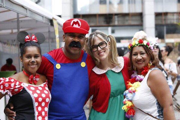 Foliões fantasiados no bloco Domingo Ela Não Vai