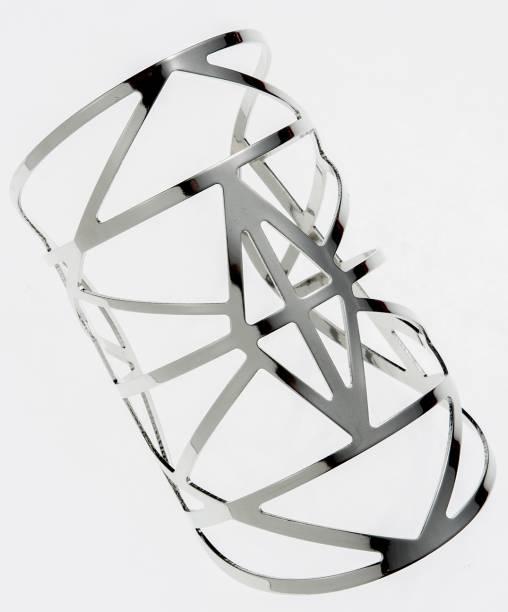 Bracelete de metal prateado. R$ 15,90.