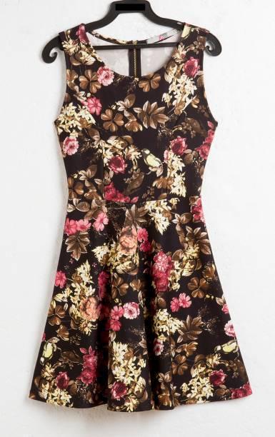 Vestido curto floral. R$ 29,90.
