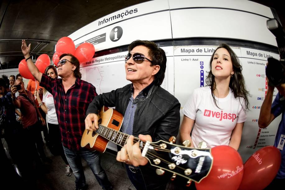 Chitãozinho e Xororó cantaram Evidências, levando os fãs à loucura na estação Sé