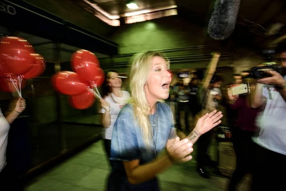 A cantora Luiza Possi emocionou o público na estação Paraíso ao cantar Romaria