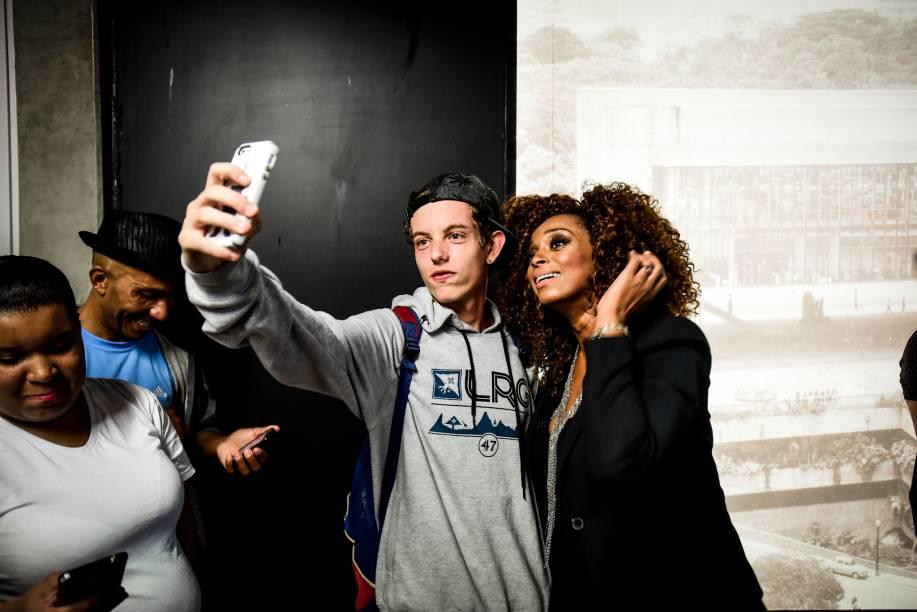Paula Lima fez seu pocket-show na estação Trianon e tirou selfies com fãs