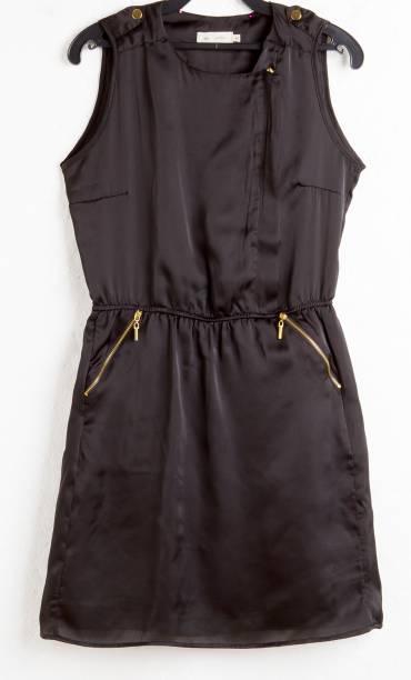 Vestido acinturado. R$ 89,90.