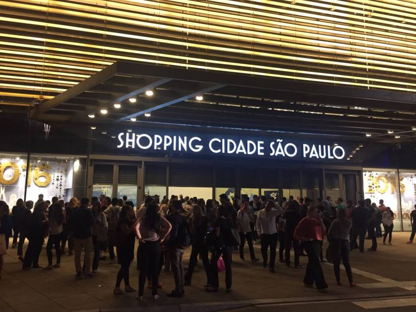 Clientes e vendedores do lado de fora do shopping