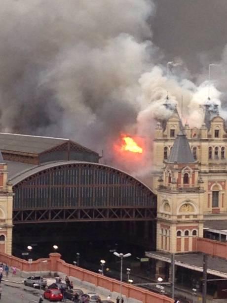 Prédio em chamas na tarde desta segunda-feira (21)