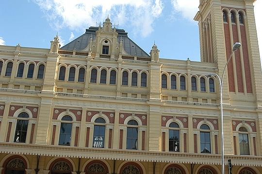 Imagem diurna do edifício, um dos mais importantes do centro