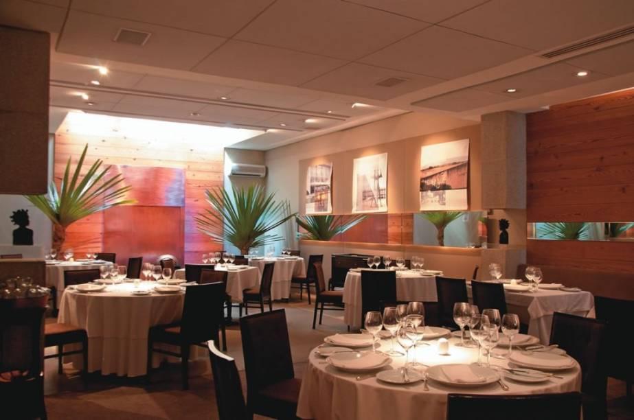 O salão: a entrada de luz natural ajuda a compor a elegante ambientação
