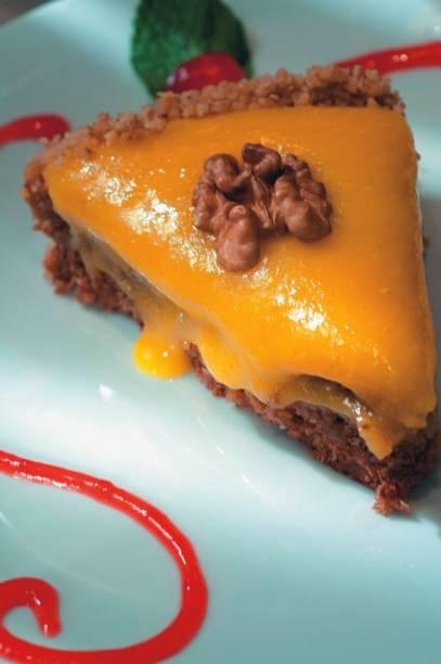 Sobremesa do português A bela Sintra: torta de nozes e baba de moça