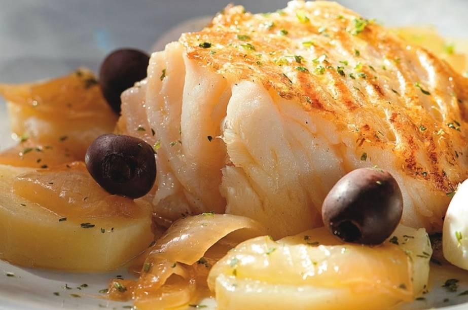 Bacalhau a gosto da mia, com batata, azeitona preta e ovo cozido, do A Bela Sintra