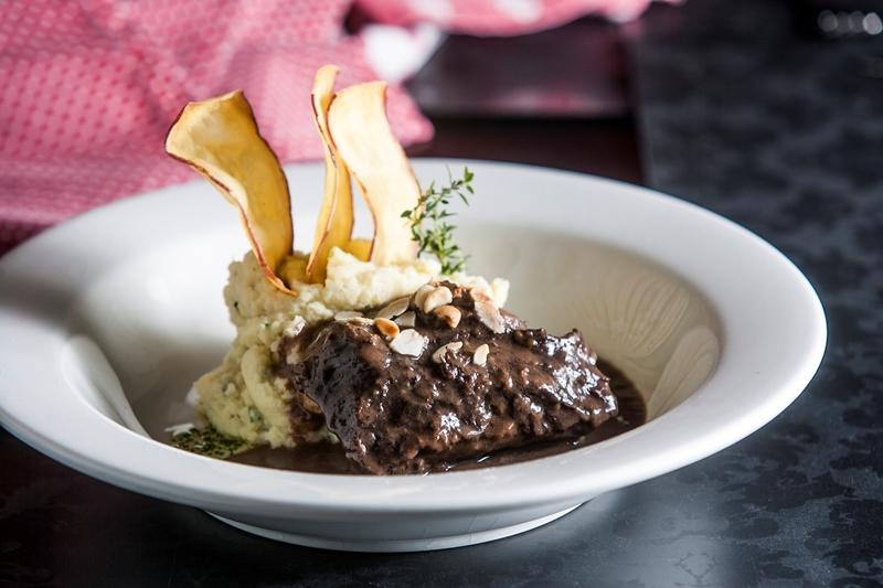 A bochecha bovina vai ao fogo para cozinhar no vinho tinto e ganha purê de batata-doce de guarnição