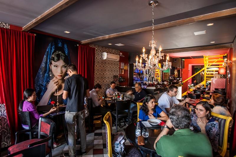 A decoração, inspirada nos filmes do cineasta Pedro Almodóvar, tem jeitão kitsch