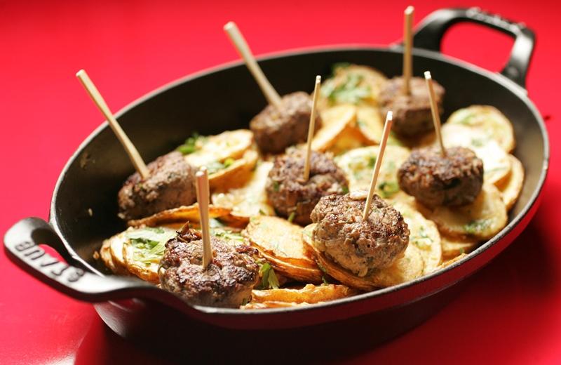 A deliciosa porção de mini-hambúrgueres com batata sautée vem na panela, a cocotte