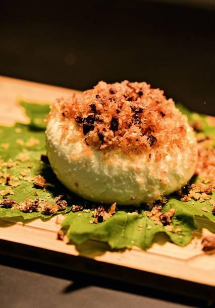 Burrata com crocante de azeitona preta