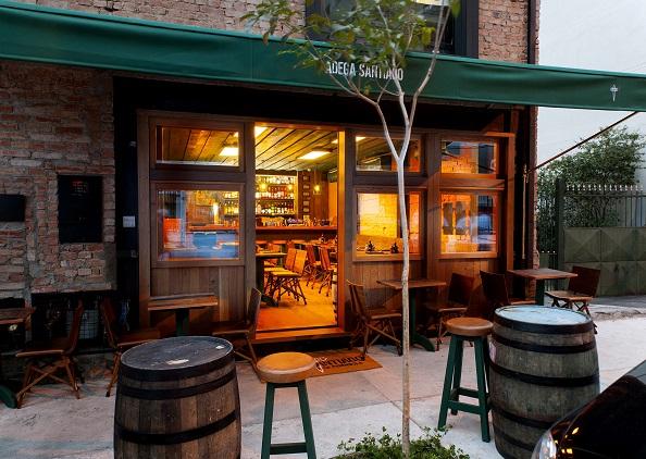 Ambiente do concorrido bar-restaurante Adega Santiago: para provar receitas portuguesas e espanholas