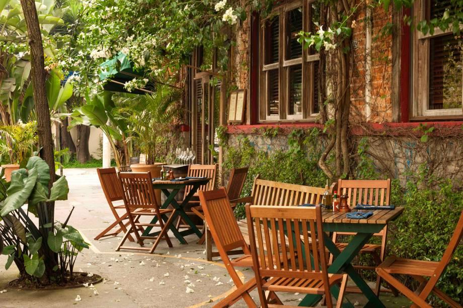 Mesas na área externa do bar Adega Santiago