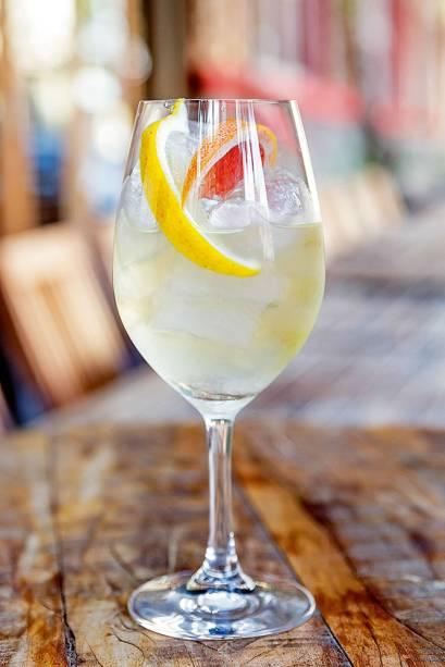 Drinque guimarães, da Adega Santiago: com vinho verde, licor de amêndoa e fatias de grapefruit e limão-siciliano