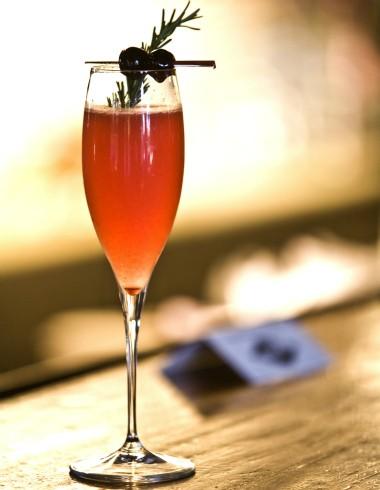 Drinque Berries Fizz, do Astor: combinação de purê de framboesa e morango com prosecco