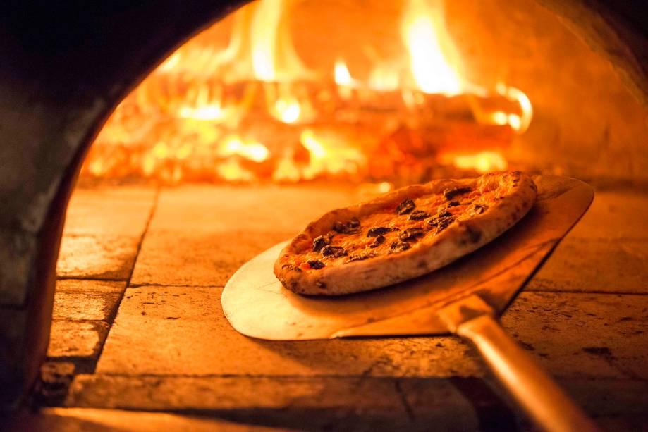 Em massa de fermentação natural, uma das opções veganas da casa leva cobertura de mussarela vegana, cogumelo portobello e parmesão vegano