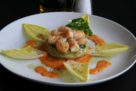 Coração de alcachofra fresca gratinado com espinafre e camarões, do Zucco