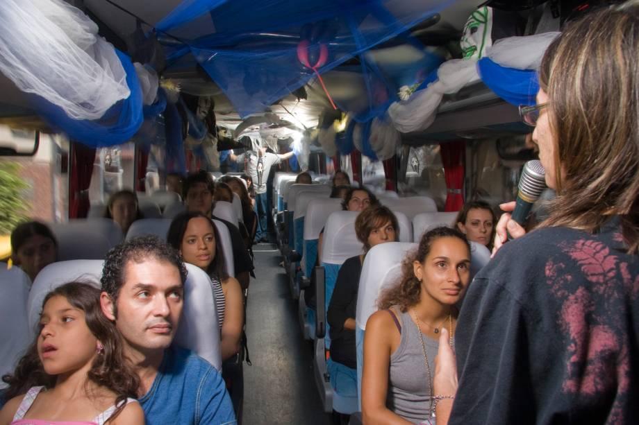 Temático: os participantes entram no clima macabro já dentro do ônibus