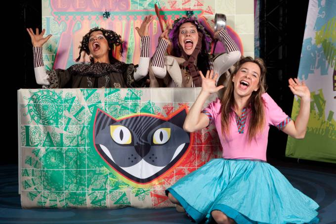 Cia Le Plat du Jour encena adaptação de Alice no País das Maravilhas