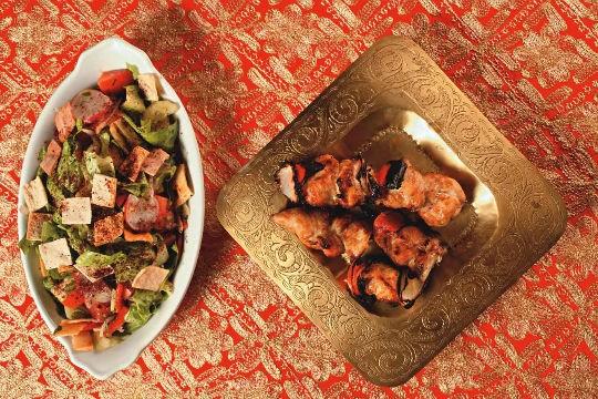 Michui de frango com salada fatuche: no árabe Almanara