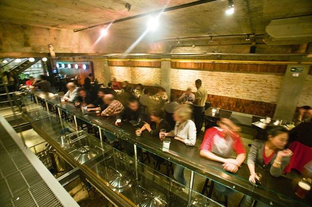 O misto de fábrica com bar: o ambiente amplo