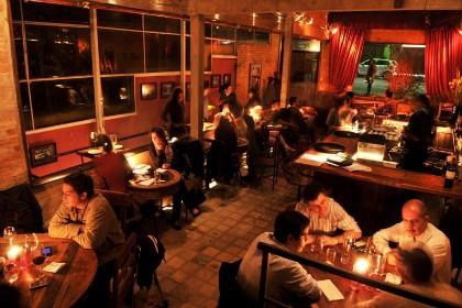 O ambiente a meia-luz do bar Madeleine