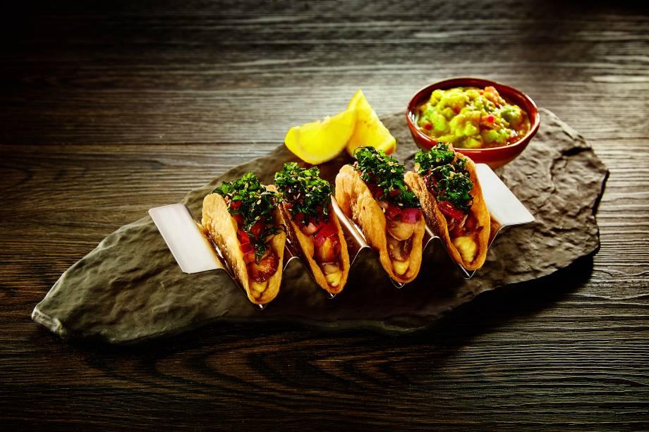 Tacos vegetarianos: recheados de cogumelo-de-paris salteado, tomate, homus e saladinha de couve, tudo temperado com limão-siciliano e acompanhado de guacamole