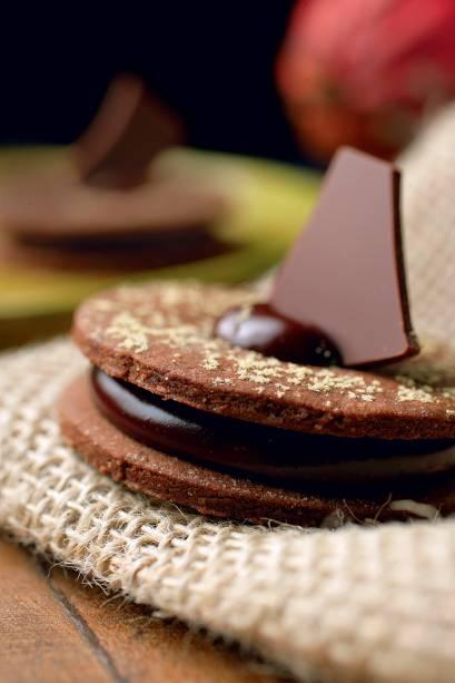 Disco voador: biscoito de jatobá recheado de chocolate 30%
