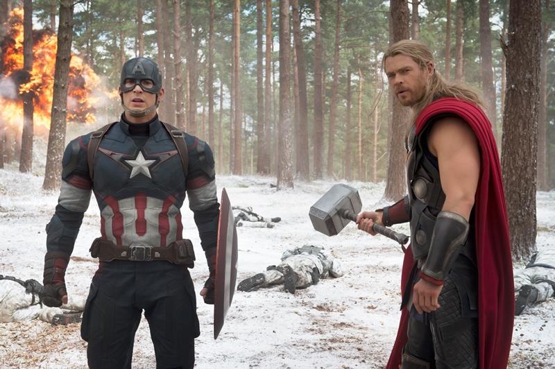 Vingadores: Era de Ultron: os atores Chris Evans e Chris Hemsworth, como Capitão América e Thor