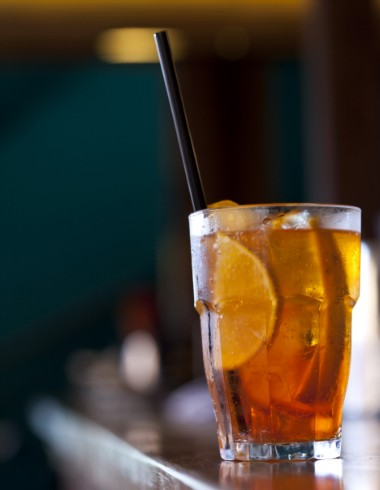 Aperol spritz, do Astor: em um copo longo, coloque uma dose de Aperol (50 ml), complete com proseco e decore com fatias de laranja