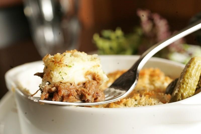 O hachis parmentier é um gratinado de rabada desfiada com purê de batatas e crosta de pão