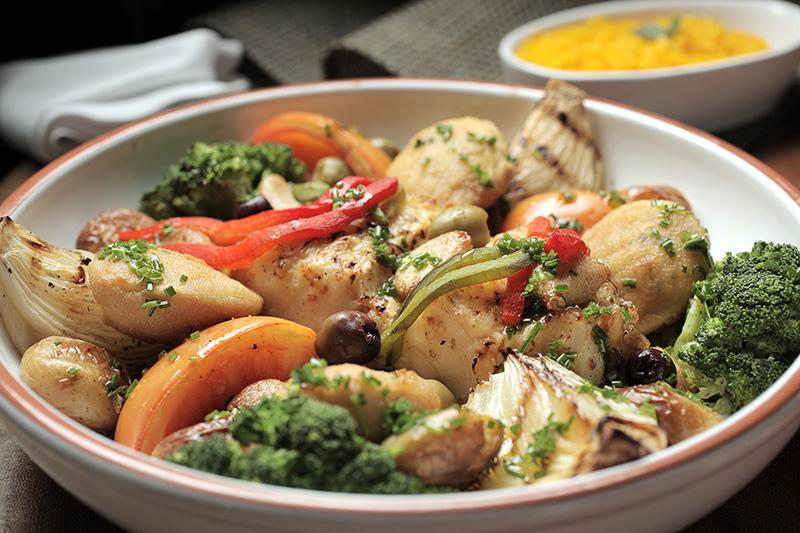 Bacalhau à lagareiro: posta empanada com brócolis, batata e pimentão