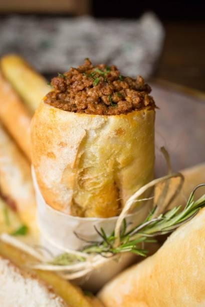 Buraco quente: sanduíche no pãozinho português recheado de carne moída úmida