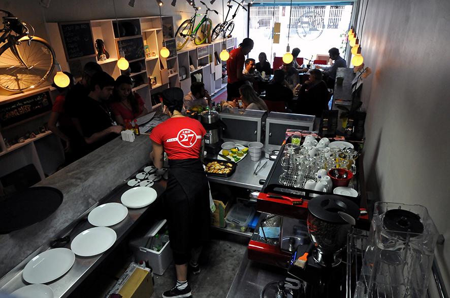 Aro 27: cafeteria serve lanches e massas