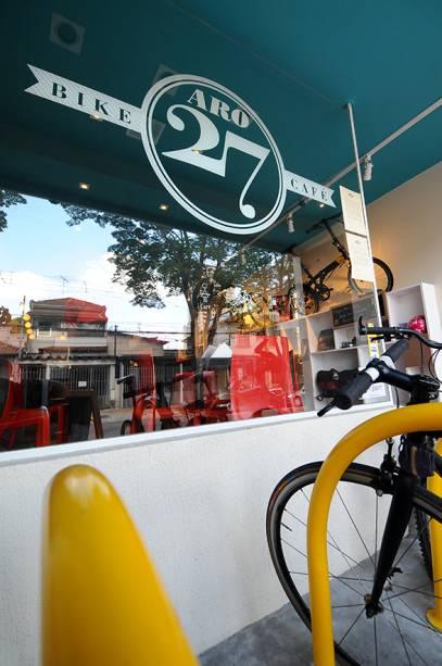 Aro 27: um paraciclo fica à disposição dos clientes na entrada da casa