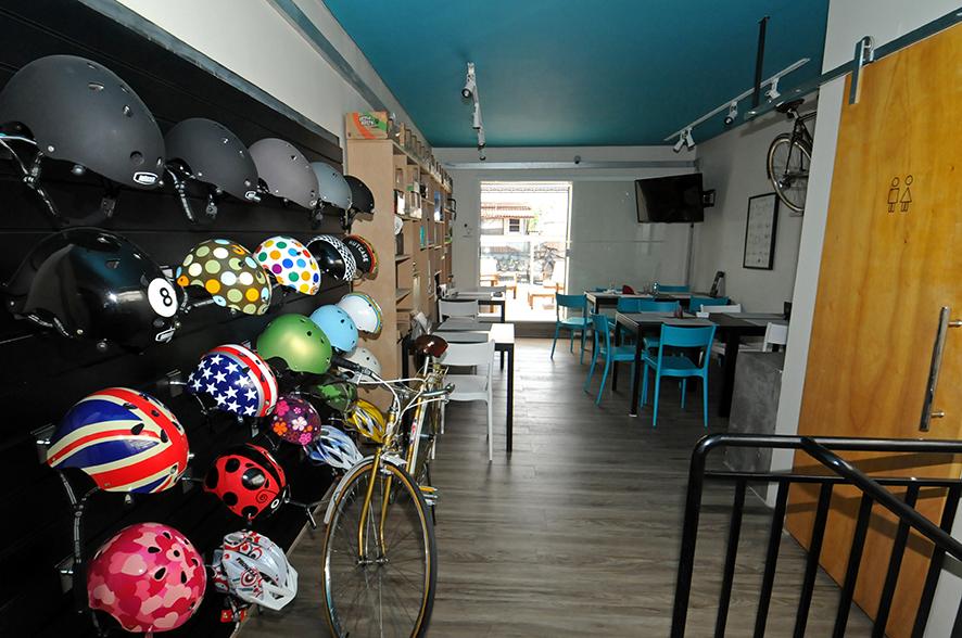 Aro 27: loja tem dois andares com mesinhas e objetos à venda