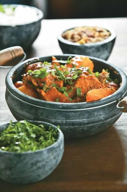Frango com quiabo, couve, angu e arroz