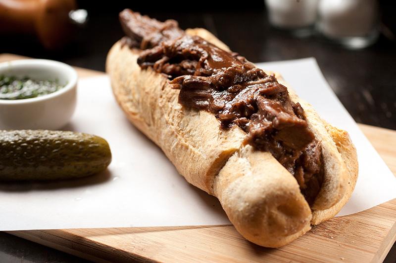 Sanduíche de peito bovino desfiado, montado na baguete integral