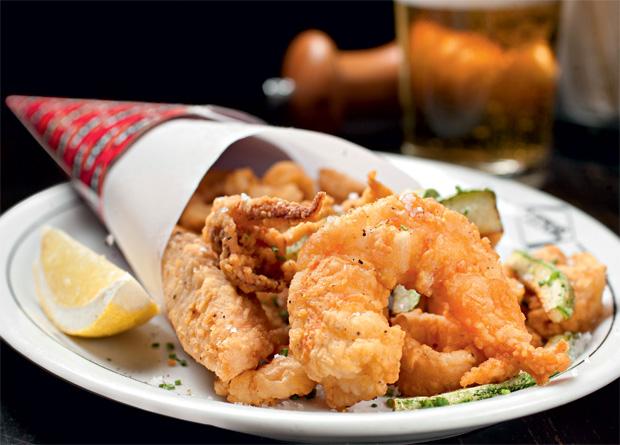 Frito misto do mar: combina camarão, peixe branco, lula e abobrinha
