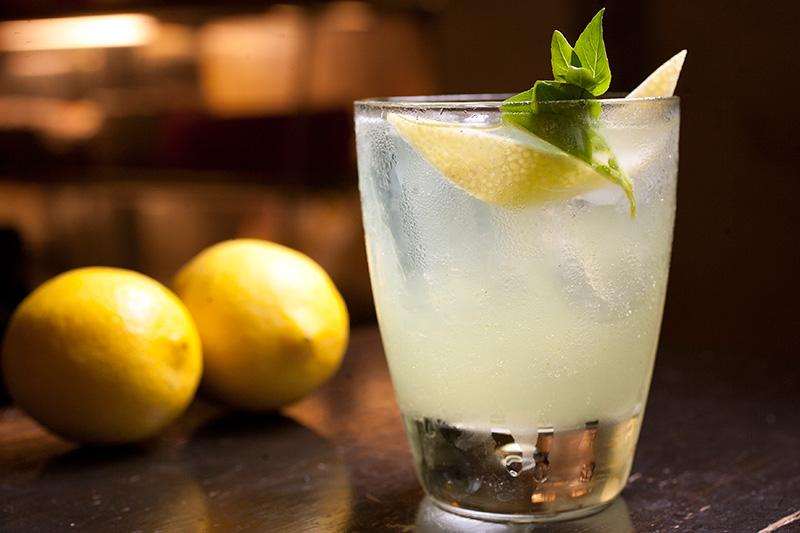 Basil smash: combinação de gim, limão-siciliano e manjericão
